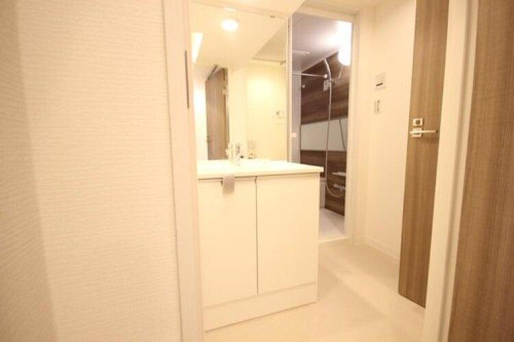 清潔感ある洗面台です。何かと物が増える場所だからこそ、スッキリと見映えの良い空間に。