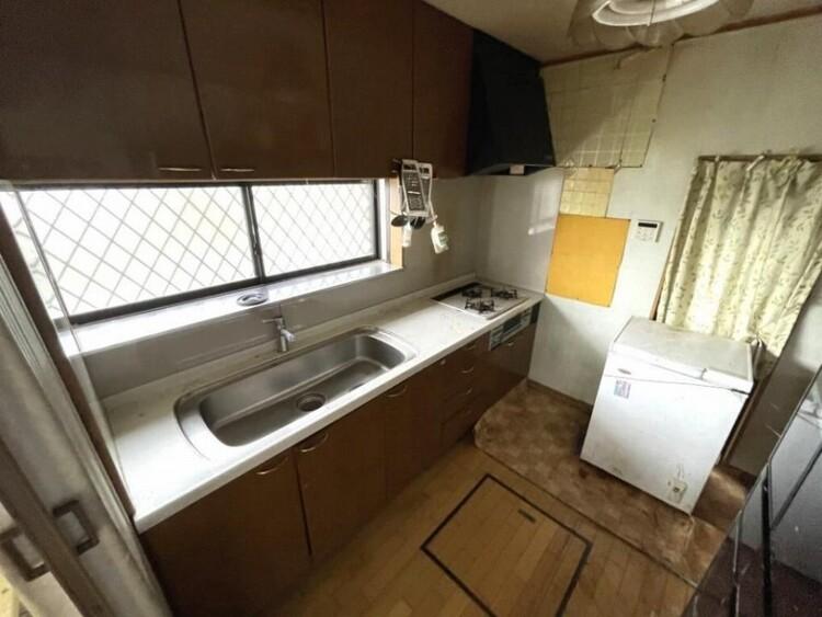窓があり明るいキッチンは自然換気もラクラク、壁付けキッチンでお料理に集中