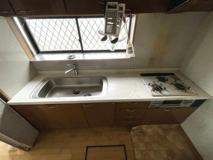 壁付けキッチンで室内の空間を邪魔しません