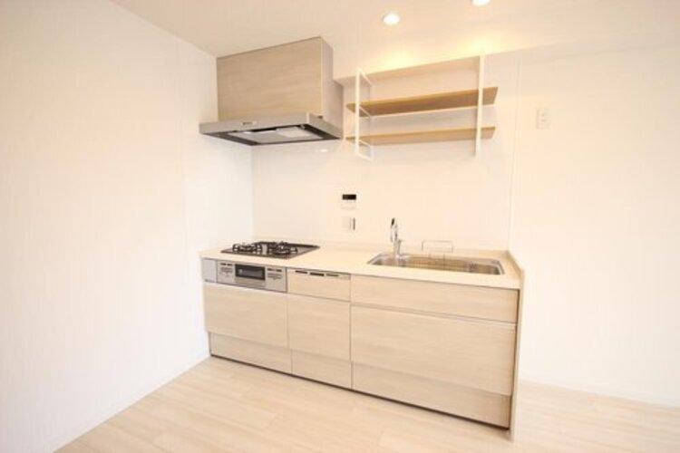 広々としたシステムキッチン。収納スペースが備わっているのでキッチンに物を置くことなく、スッキリとした印象を与えてくれます。
