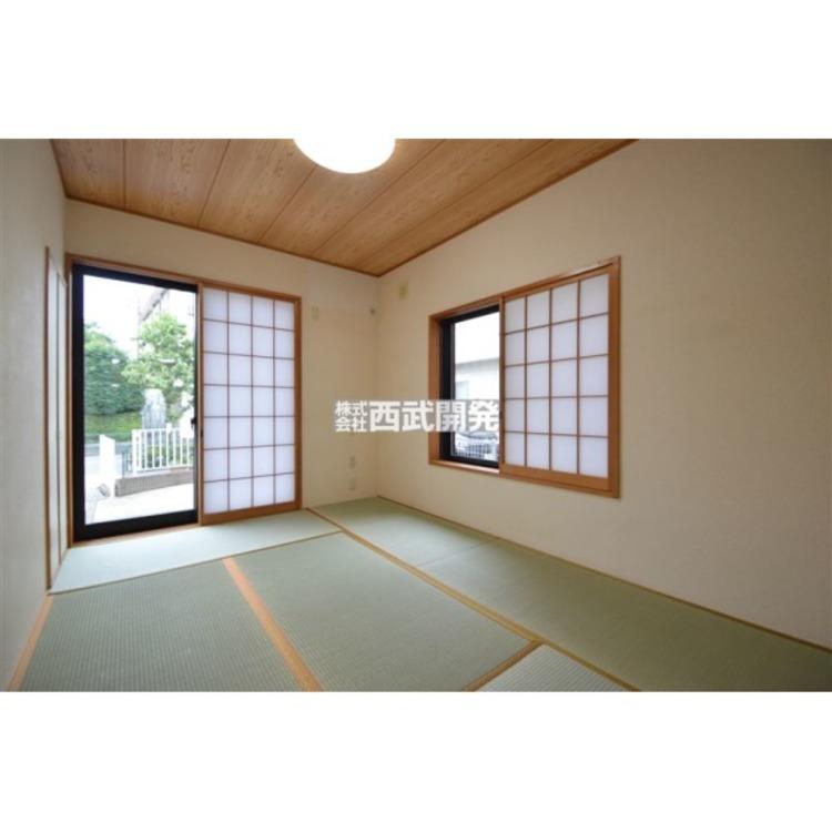青い畳と白い障子が気持ち良い和室です。畳の香りが心を落着かせてくれそうです。