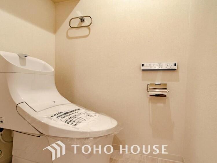 トイレはシンプルにホワイトで統一した温水洗浄付です。