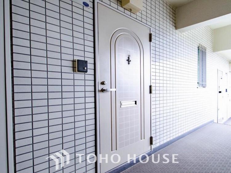 居住者の帰り、訪れる方を優しく迎えてくれる開放感のある玄関。