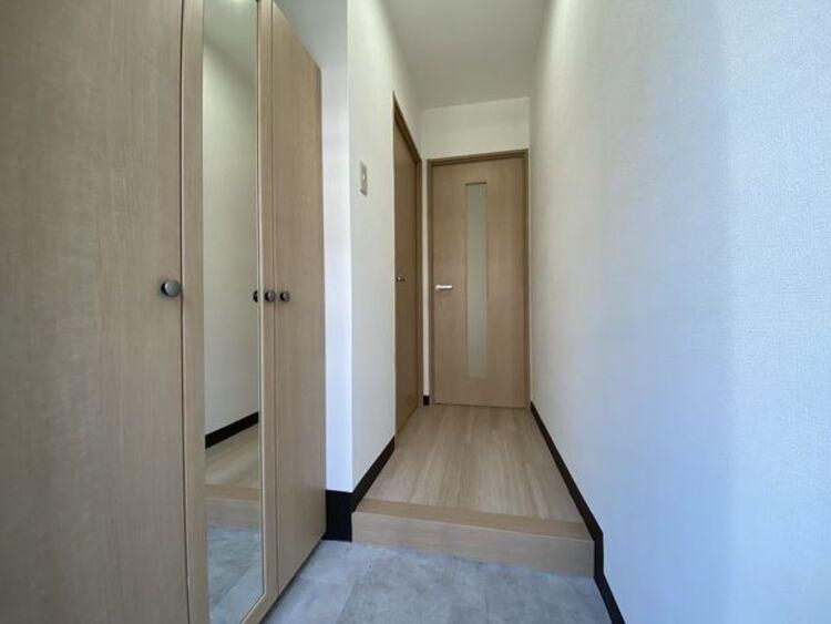 玄関を開けると明るい日が差し込むリビングへと誘う廊下。ただいまとおかえりが交わされる幸せな空間へ。