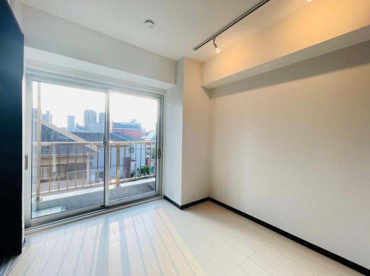 大きな窓からたっぷりと陽光が注がれる明るいお部屋。一日の疲れをいやしてくれます。