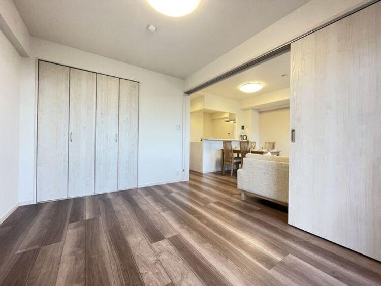 リビングと隣接の洋室は、可動ドアを開くと17帖超の空間になります。家族構成の変化にも柔軟に対応可能。