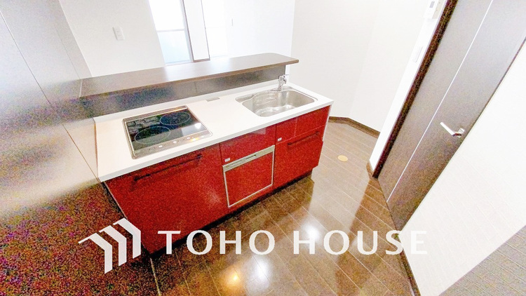 印象的な「赤」を使ったキッチンデザインで、楽しいお料理の時間を