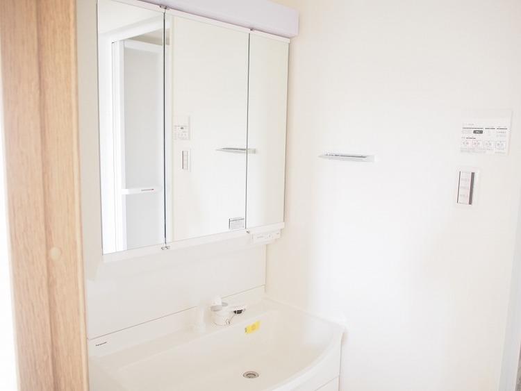 洗面化粧台の鏡は三面鏡ですので、身だしなみチェックに便利ですね。