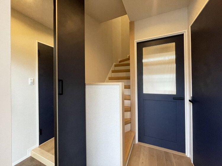 玄関ドアを開けると、美しい建具がアクセントになった室内がお出迎え。