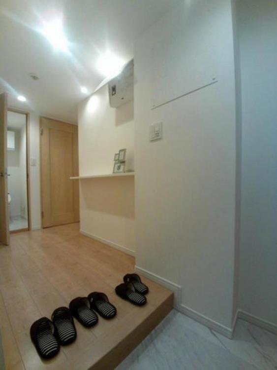 玄関スペースも広く造作棚が映えます