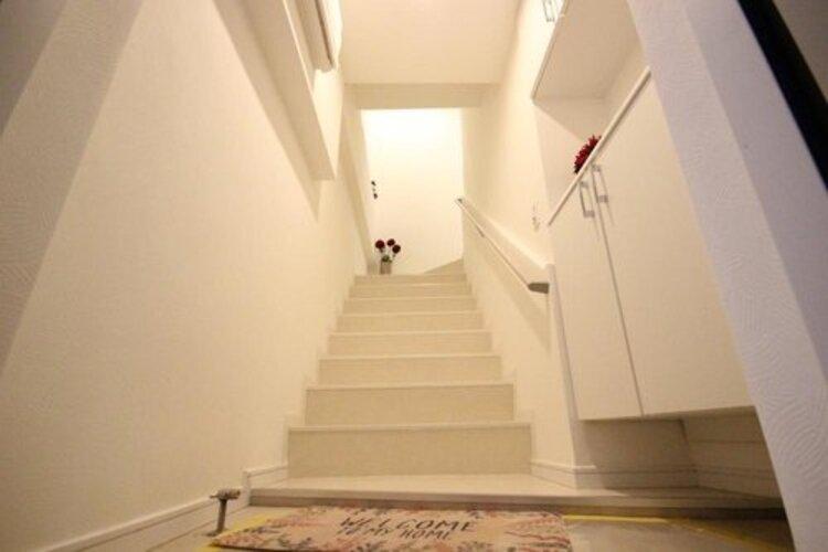 1階部分にある玄関。階段を上って住居スペースへ。