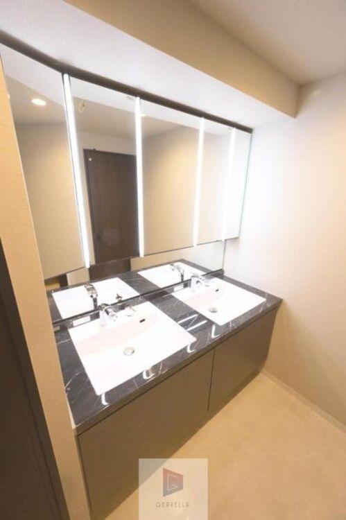 大きく見やすい三面鏡で清潔感ある洗面台は、身だしなみチェックや肌のお手入れに最適です。何かと荷物が増える場所だからこそ、スッキリと見映えの良い空間に拵えました。