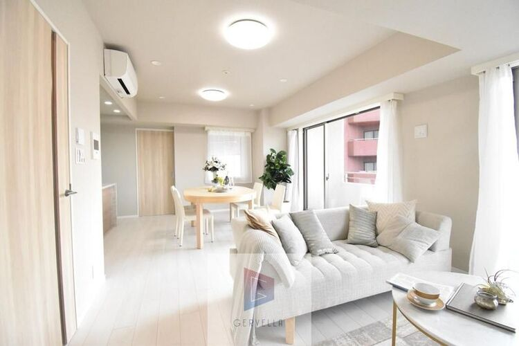 家族の暮らしに思いを馳せて、日常の暮らしを良い暮らしにする為のリノベーション。窓には、気持ちの良い風景が映ります。求めたのは、シンプルな機能美とスマートな空間美