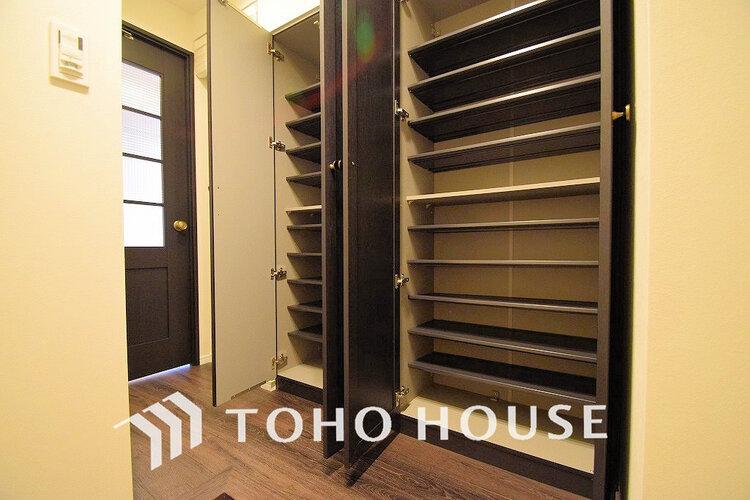 玄関には充実の収納スペースがあり、ご家族分の履き物も十分収納できます