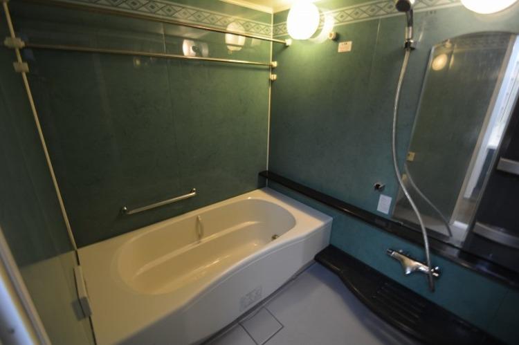 大型浴槽とオシャレな色合いの浴室は一日の疲れを癒す特別な空間に