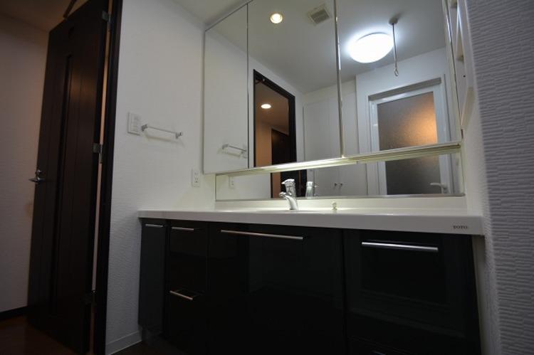 ホテルのような洗面台は横にお化粧品なども置ける、女性に嬉しい設備