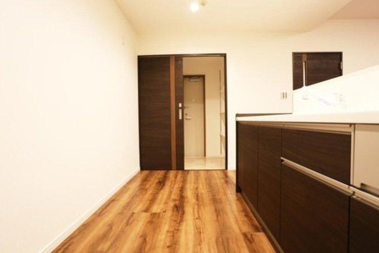 【キッチン】 キッチン横には収納に便利なトランクルーム付き