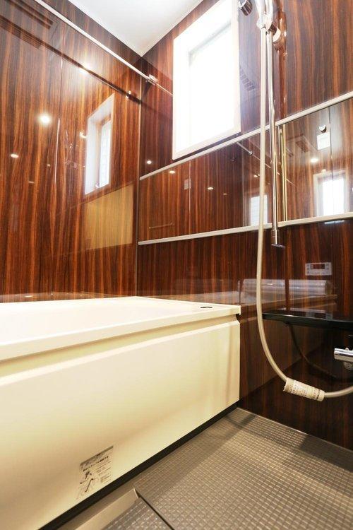 【バスルーム】 落ち着きのあるバスルーム 追焚き機能・浴室乾燥機付き