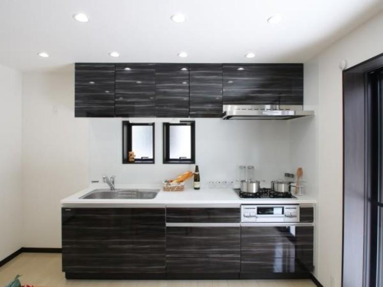 明るい自然光が入る対面キッチン。夫婦そろってキッチンに立っても調理がしやすく余裕の広さ。