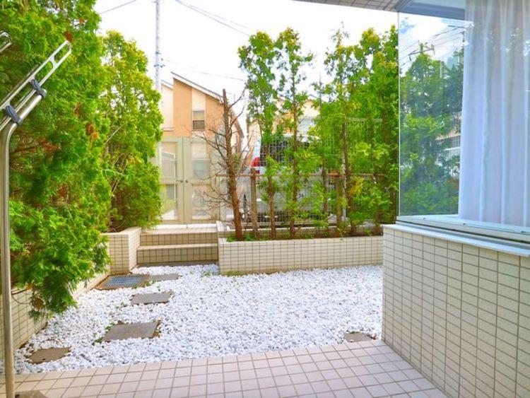 広々とした専用庭に出た時には、頬をなでる優しい風を感じることが出来ます。洗濯物も十分に干すことが出来ます。