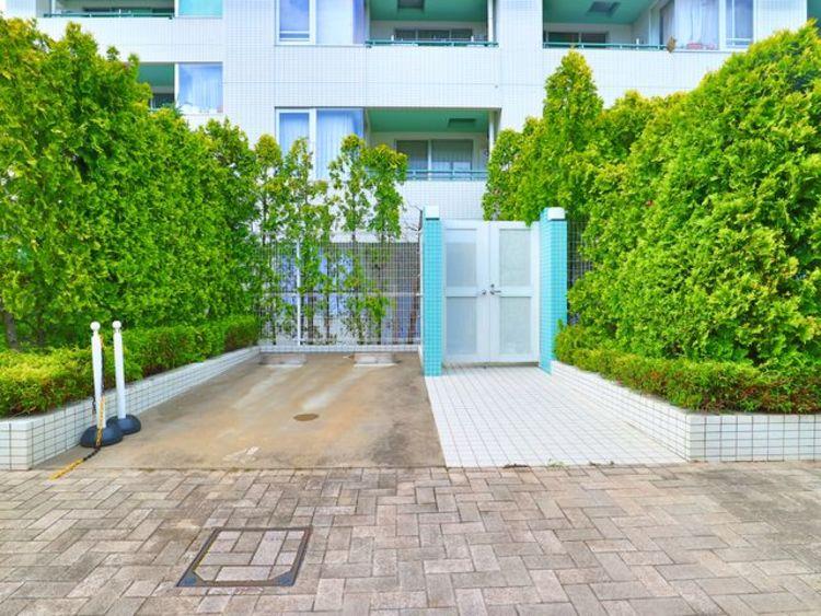 専用平置駐車場は月額20000円で利用可能です。