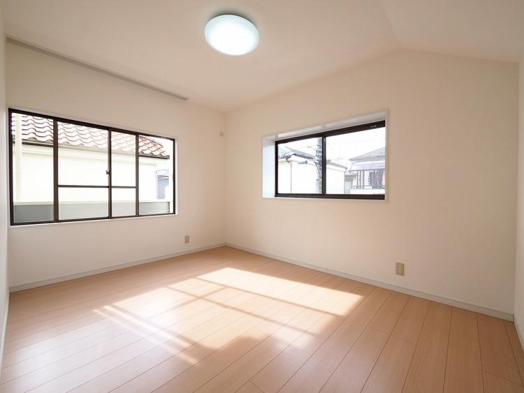 2面からの採光で明るいお部屋に仕上がりました。電気照明にはない優しさと温もり。