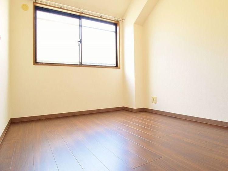北側の居室は暗いイメージを持たれることが多いですが、このように窓がついておりますので明るくなっております。また湿気対策にもなっております。