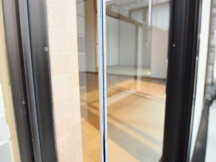 リビングにございます窓枠はスケルトンになっております。明るくなるだけではなく、視覚的にも広さを感じることができます。