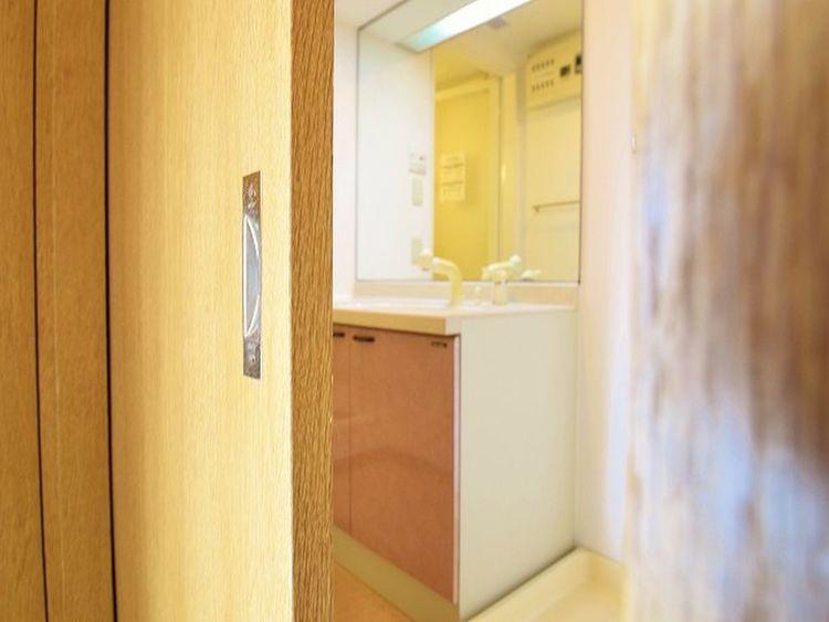 スライド式の扉は人が出入りする際のストレスを軽減してくれることでしょう。