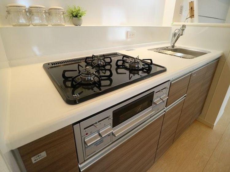 三口コンロで、お料理の効率もアップ!使い勝手の良い設備のキッチンで効率よくお料理ができます。