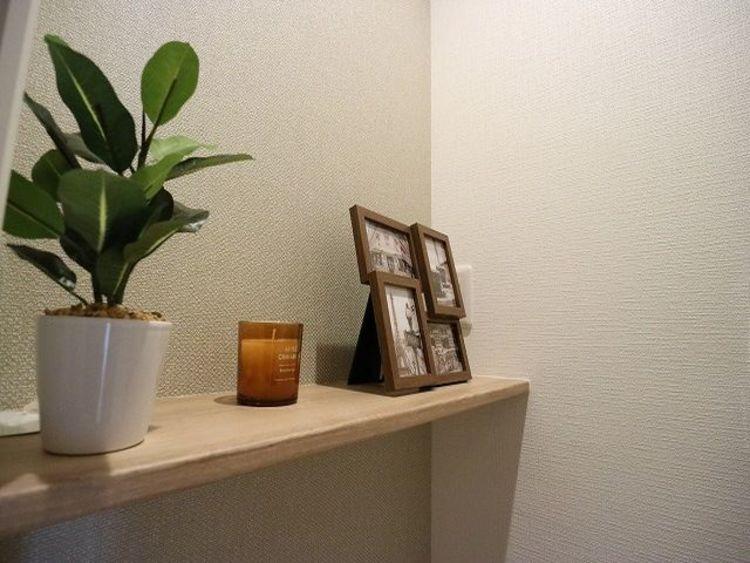 明るさに配慮した、清潔感溢れるトイレ。飾り棚もあり、落ち着いた空間で安らぎのひとときをお過ごしいただけます。
