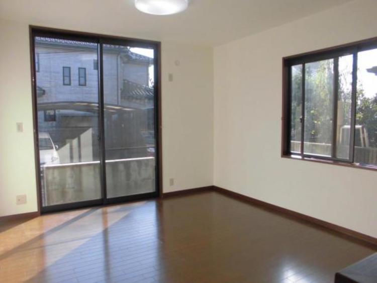 大きな窓から陽射しが射し込む1階LDKは13.5帖です。