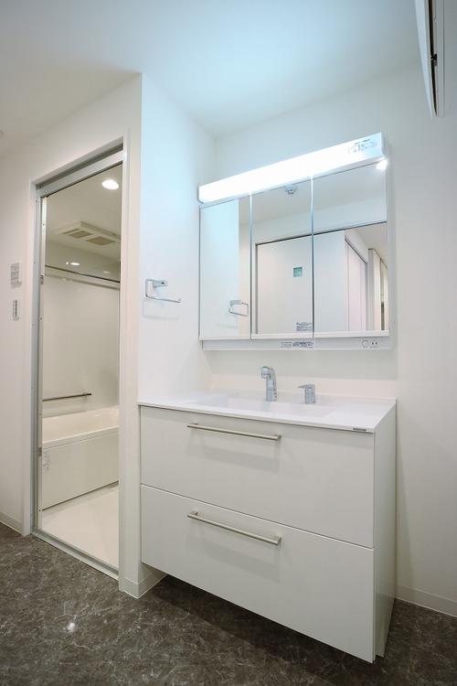 新規交換済みの洗面化粧台です。身支度しやすい三面鏡付の洗面台です。