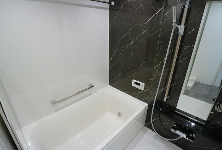 花粉の季節の部屋干しに便利な浴室乾燥機付のバスルーム。スタイリッシュな空間で一日の疲れも癒されそう。