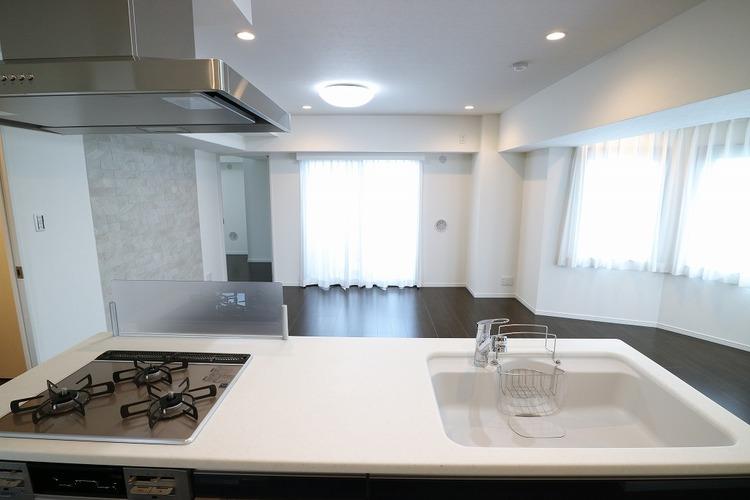 この眺めでお料理ができます。リビングを見渡しながらお料理できる開放的なキッチンです。