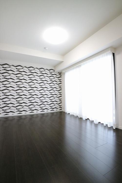 約9帖の洋室。お洒落な壁がスタイリッシュな空間を演出。ゆっくり休めそうですね。窓も大きく日差しがたくさん入ります。