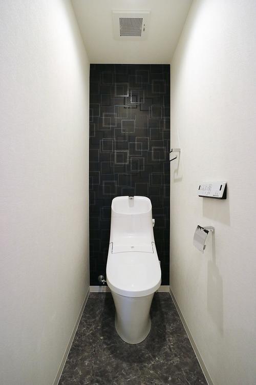 トイレ新規交換済みです。白と黒の壁のコントラストがとてもお洒落な空間を生み出しています。
