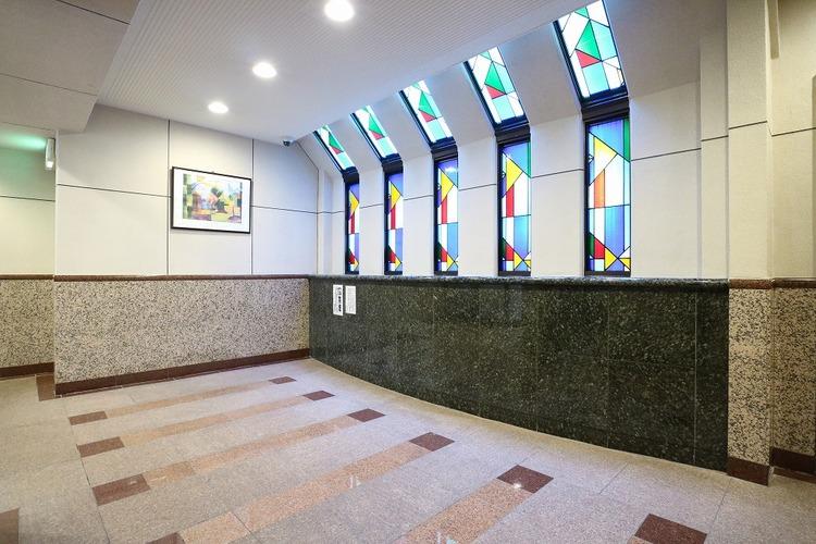 ステンドグラス風の窓が重厚感を演出。毎日帰宅するのが楽しみになりますね。