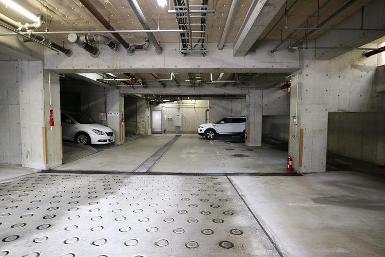 敷地内の地下駐車場。大切なお車を雨・風から守ります。空き状況はご確認ください。