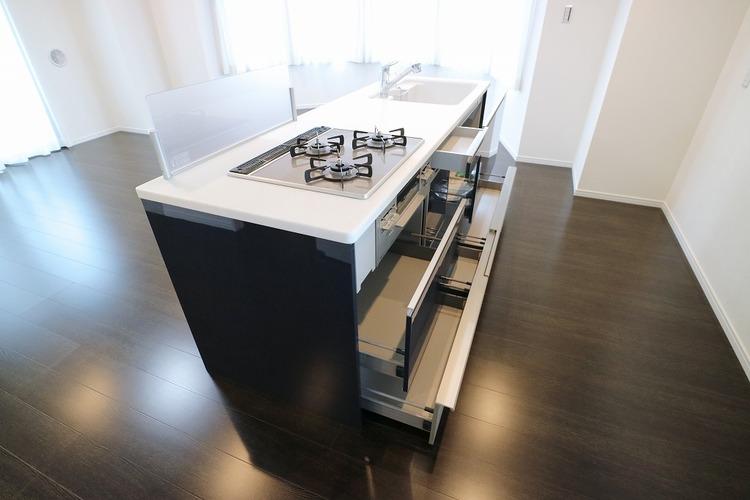 収納豊富なシステムキッチン。調理器具や調味料などの収納にも大助かり。お料理が楽しくなりそうですね。