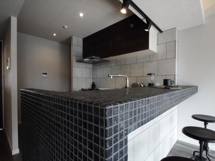 【キッチン】 ブラックタイルが落ち着いた雰囲気を演出します。