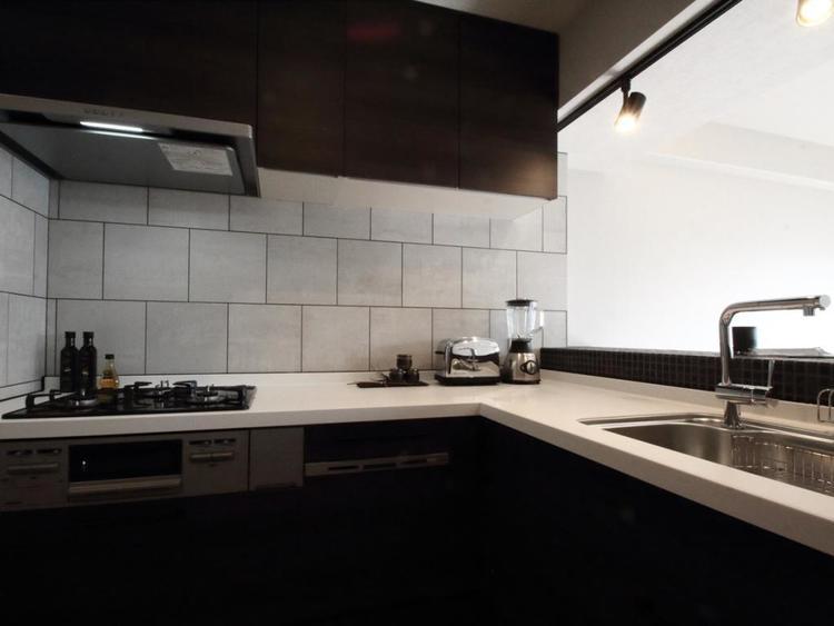 【キッチン】 リビングが見渡せる、L字型キッチン。
