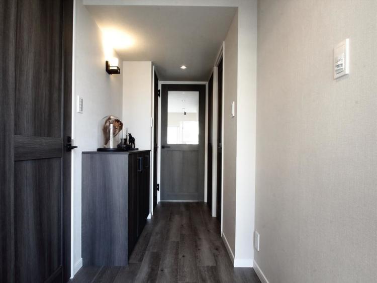 【廊下】 ブラックとホワイトでぐっと引き締まる。