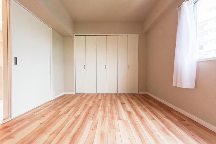 「洋室」収納たっぷりでお部屋を広々と使えます。