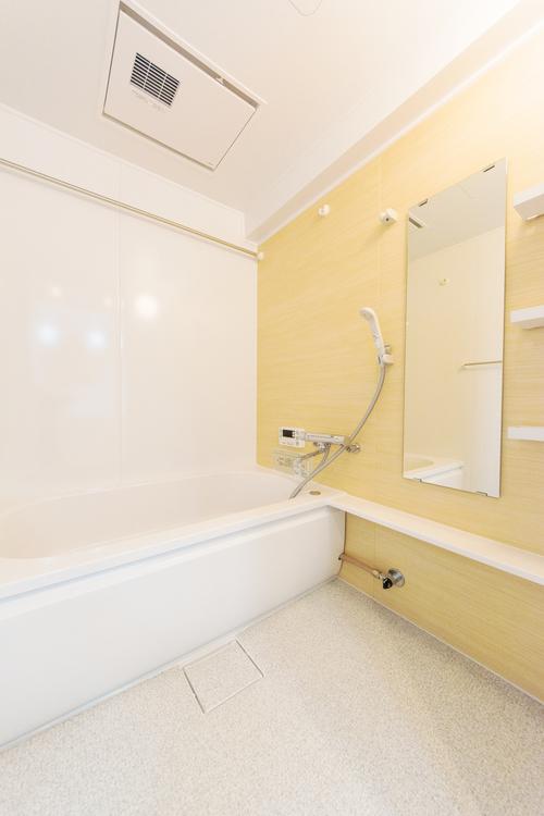 「バスルーム」清潔感溢れるバスルーム、浴室乾燥機付き