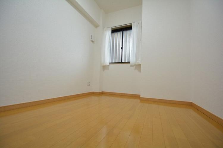 約4.0帖のサービスルーム、物置としても居室としてもお使いできます