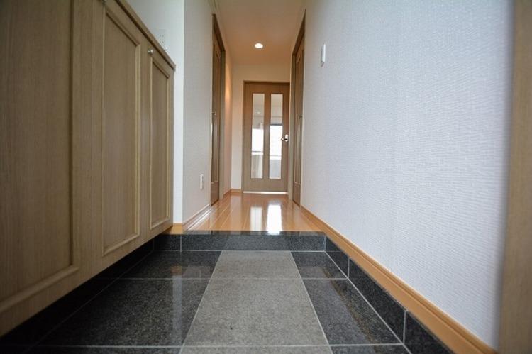 ブラウンを基調にした玄関は落ち着いた雰囲気、全身姿見が便利