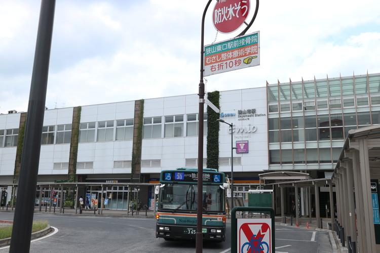 西武新宿線「狭山市駅」の外観。綺麗に整備され、駅前に広いロータリーがございます。