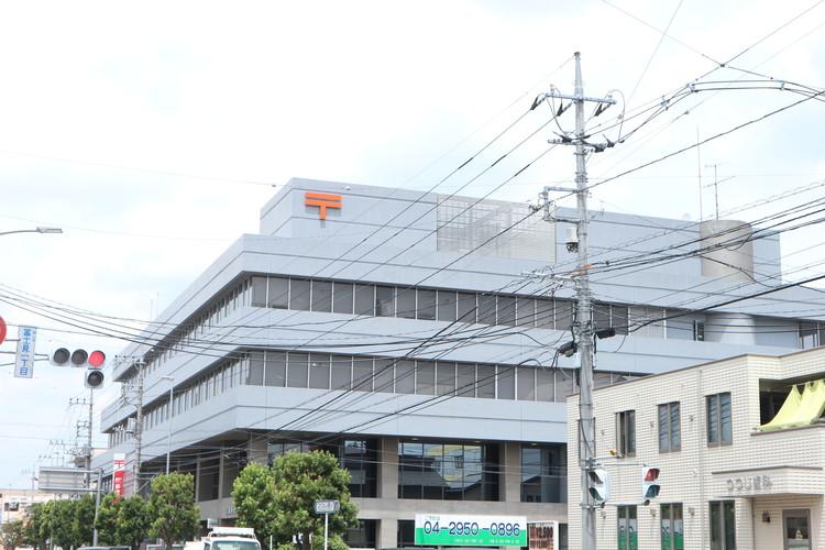狭山市駅の近くには、大型の郵便局がございます。