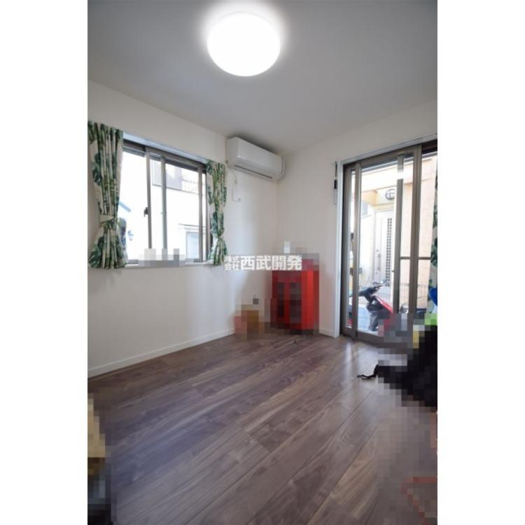 1階洋室は2面採光で明るいです。※家具等は含まれません。